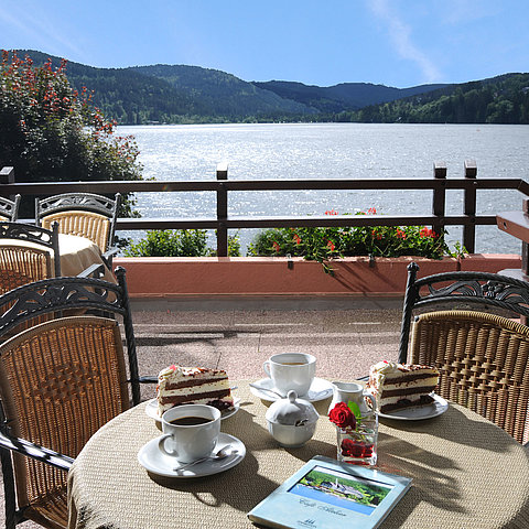 """Atelier"" café with lakeside terrace 